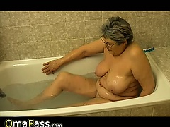 Granny masturbate herself with a knick-knack in bath